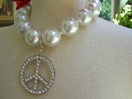 Chunky pearl necklace..