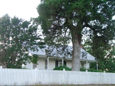 Love this farmhouse...